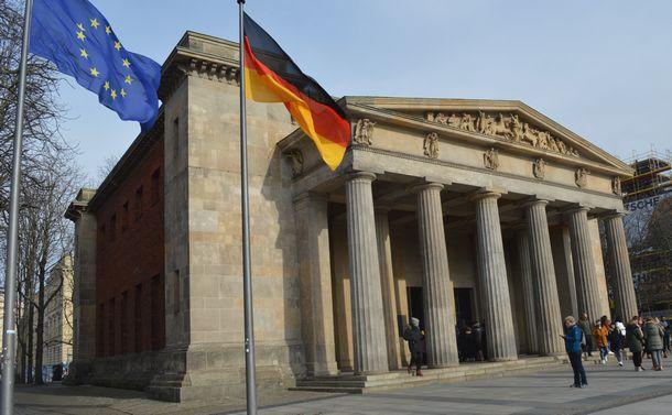 国家は誰を弔うべきか ドイツ国立追悼施設「ノイエ・ヴァッヘ」を訪ねて