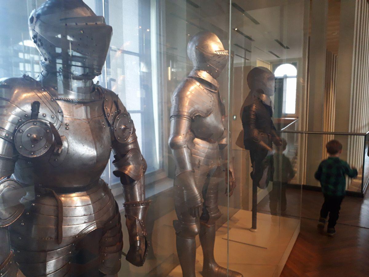写真・図版 : フランクフルト歴史博物館の「収集家の美術館」にある騎士の甲冑