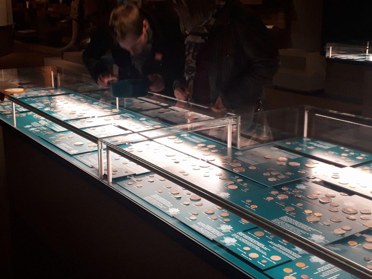 写真・図版 : フランクフルト歴史博物館で「マネーの街」の展示の一角にある、ドイツが小国に分かれていた中世の様々な貨幣