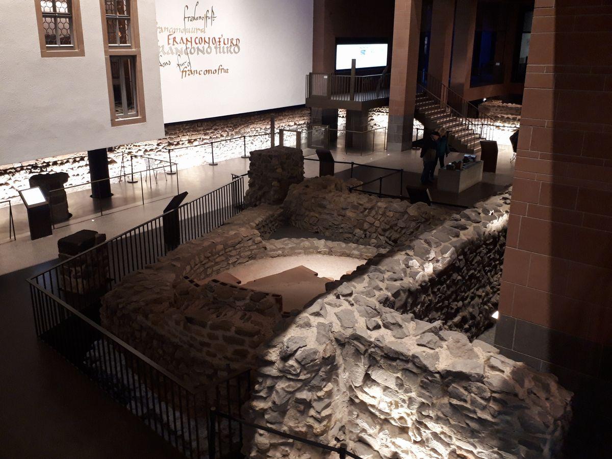 写真・図版 : フランクフルト市街にある、古代にローマ軍が駐留し疲れを癒やした石造りの浴場の遺跡