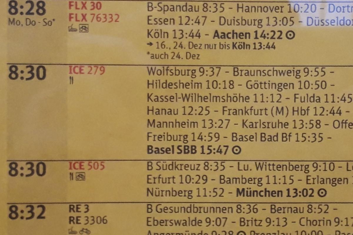 写真・図版 : ベルリン中央駅でドイツ鉄道の特急ホームにある時刻表。ベルリン8:30発、フランクフルト12:44着