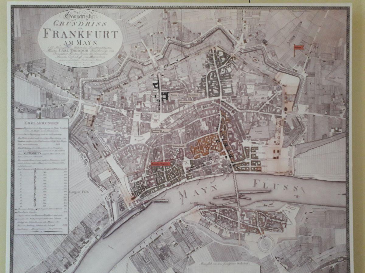 写真・図版 : フランクフルト歴史博物館の展示にある、かつての街の地図