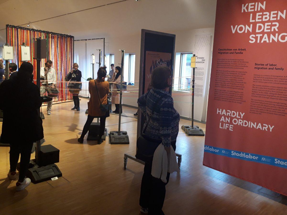 写真・図版 : フランクフルト歴史博物館で移民の人々の人生を紹介する臨時展