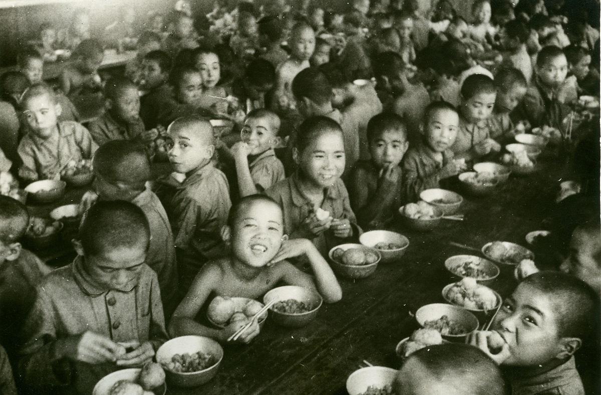 東京都養育院(現:東京都健康長寿医療センター)の戦災孤児たち=1946年8月ごろ、東京都板橋区