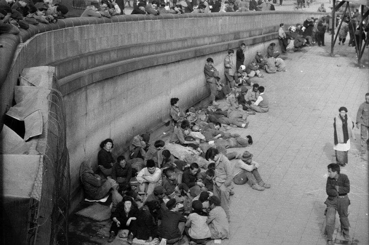 1946年3月、東京・上野駅周辺には浮浪児狩りを逃れて集まる戦災孤児たち