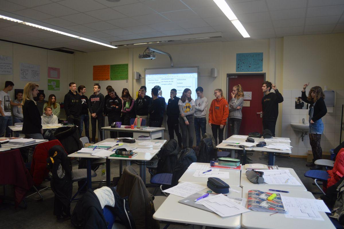写真・図版 : ナチス時代の「抵抗」を学ぶ歴史の授業で、立場に応じて並び横に広がって話し合う生徒たち=2月、ドイツ・フランクフルト郊外のハインリヒ・ハイネ校。藤田撮影