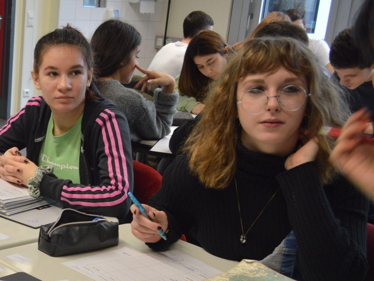 写真・図版 : 授業で一番発言していたヨハナ・ホンブルクさん(右)=2月、ドイツ・フランクフルト郊外のハインリヒ・ハイネ校。藤田撮影。以下同じ