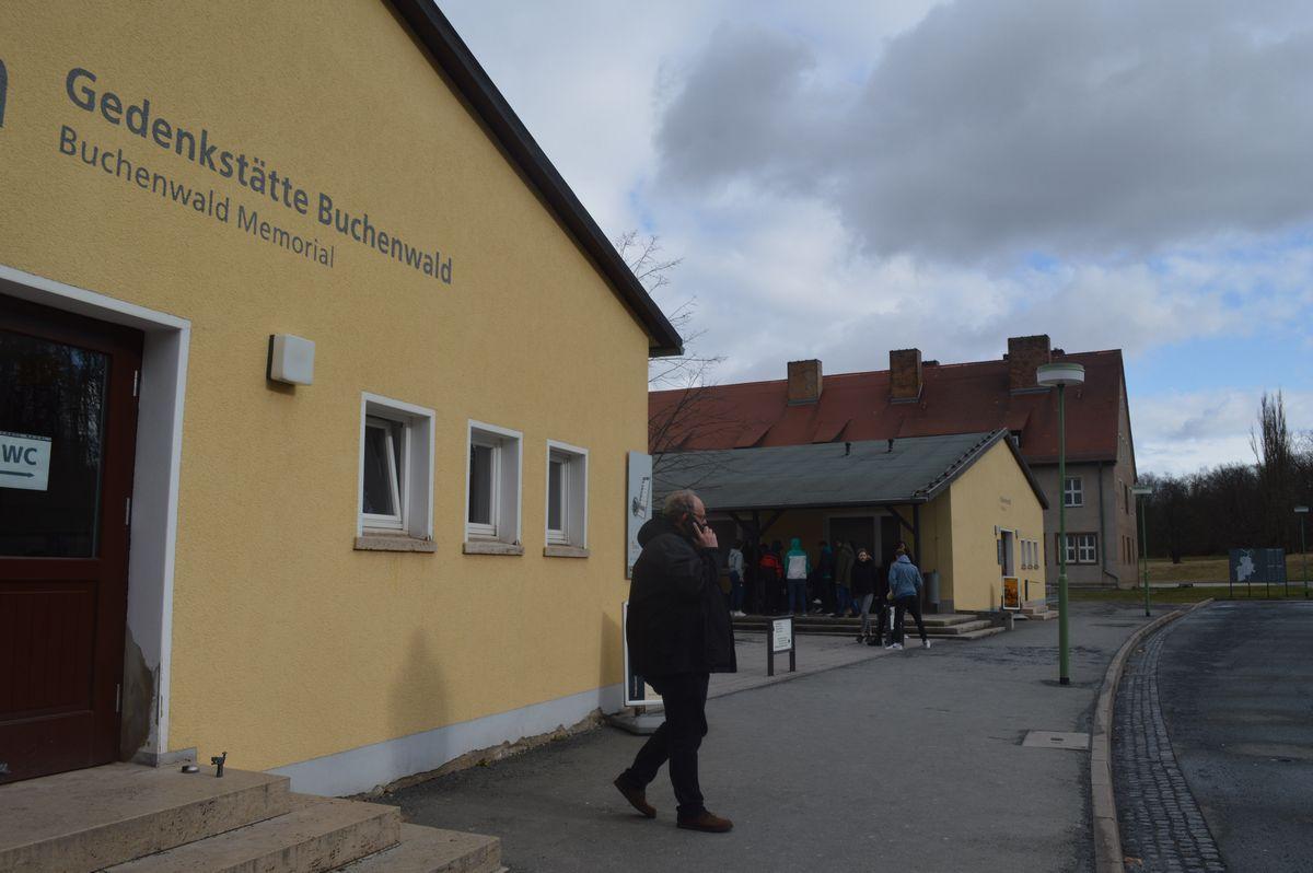 写真・図版 : 授業参観をした生徒たちが見学していた、ドイツ中部チューリンゲン州にあるブッヘンバルト強制収容所跡の史料館。筆者も授業参観の二日後に訪れた