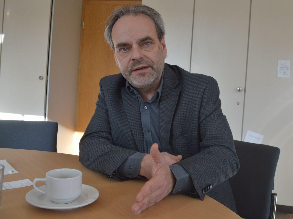 写真・図版 : インタビューに応じる国際教科書研究所のフクス所長
