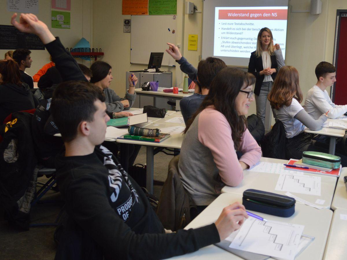 写真・図版 : ドイツの高校生にあたるクラスの歴史の授業で、ナチス時代を学ぶ生徒たち=2月、フランクフルト近郊のヘッセン州立ハインリヒ・ハイネ校。藤田撮影