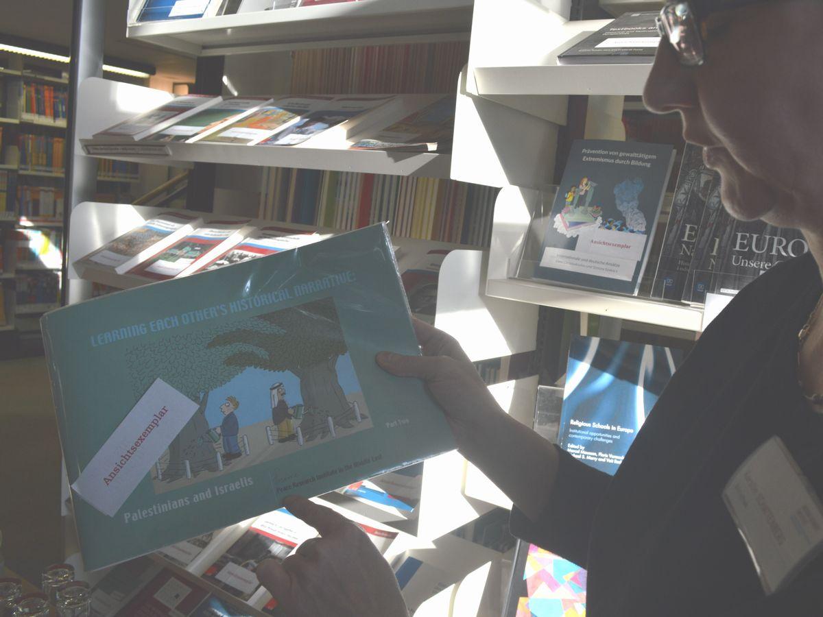 写真・図版 : 国際教科書研究所が作成に携わった、イスラエルとパレスチナの共通教科書