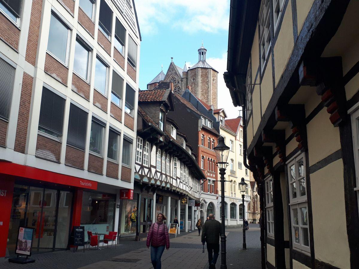 写真・図版 : ドイツ・ブラウンシュバイクの中心街。奥に大聖堂の塔が見える=2月。藤田撮影