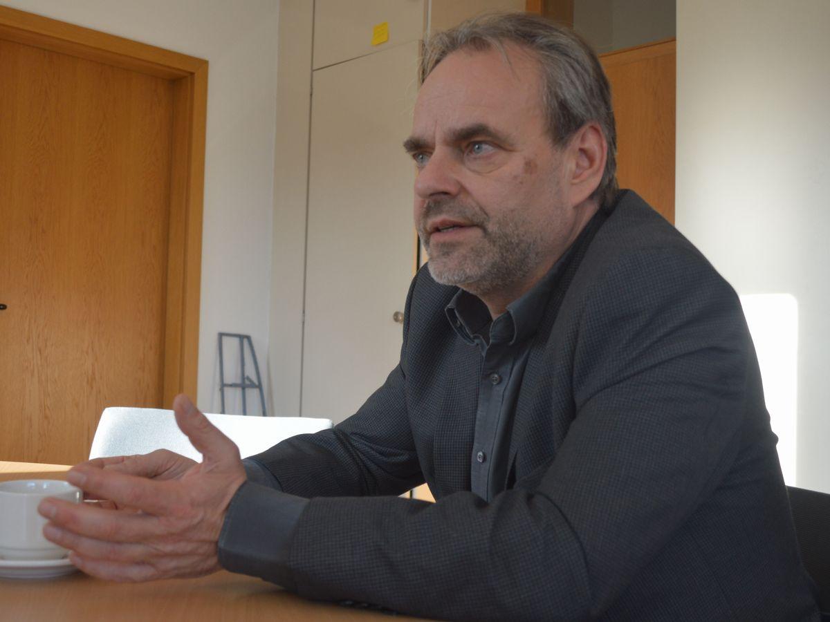 写真・図版 : 国際教科書研究所のフクス所長=2月、ドイツ・ブラウンシュバイク。藤田撮影。以下同じ