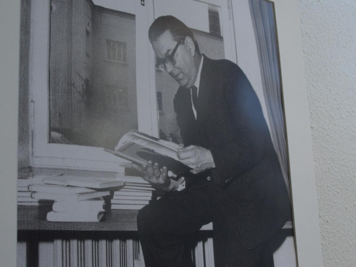 写真・図版 : 国際教科書研究所の壁に掛かる創設者ゲオルク・エッカートの写真