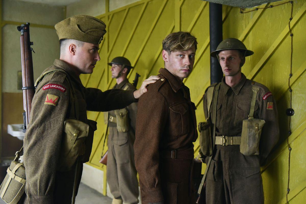写真・図版 : 「キーパー ある兵士の奇跡」より。ⓒ2018 Lieblingsfilm & Zephyr Films Trautmann。配給:松竹