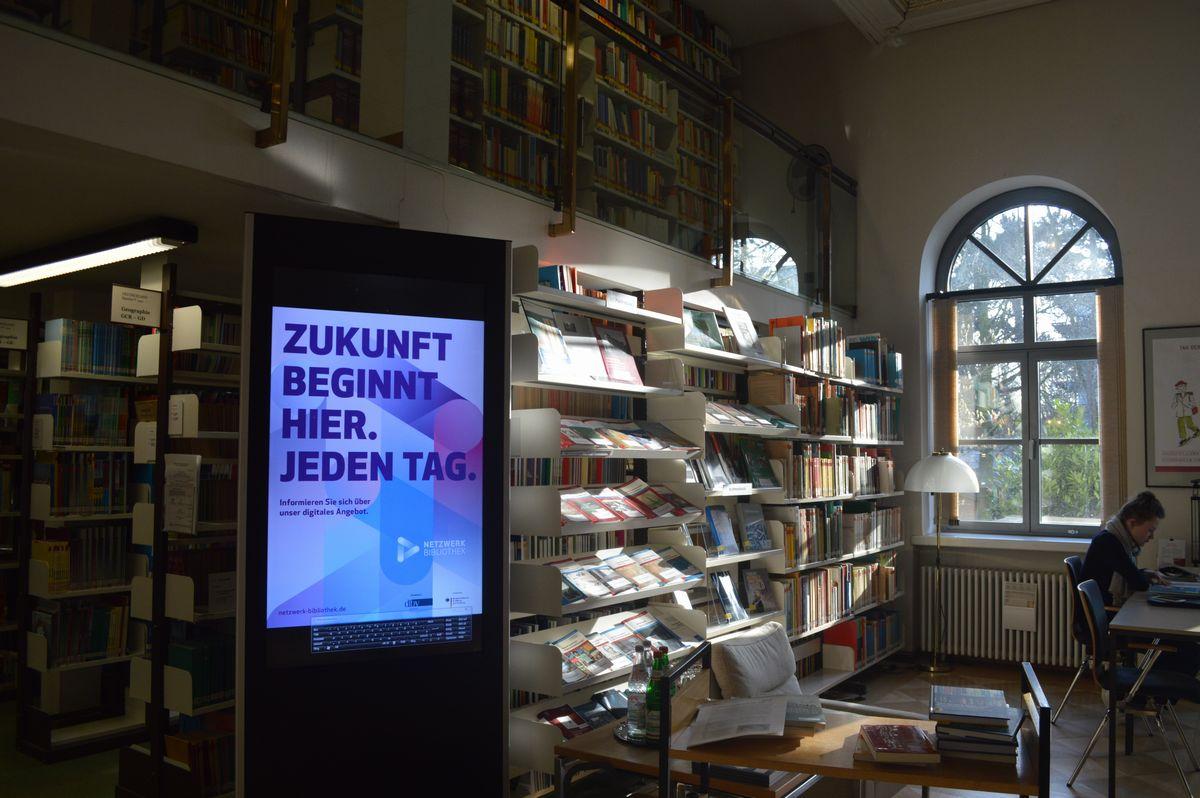 写真・図版 : 国際教科書研究所にある図書館の1階