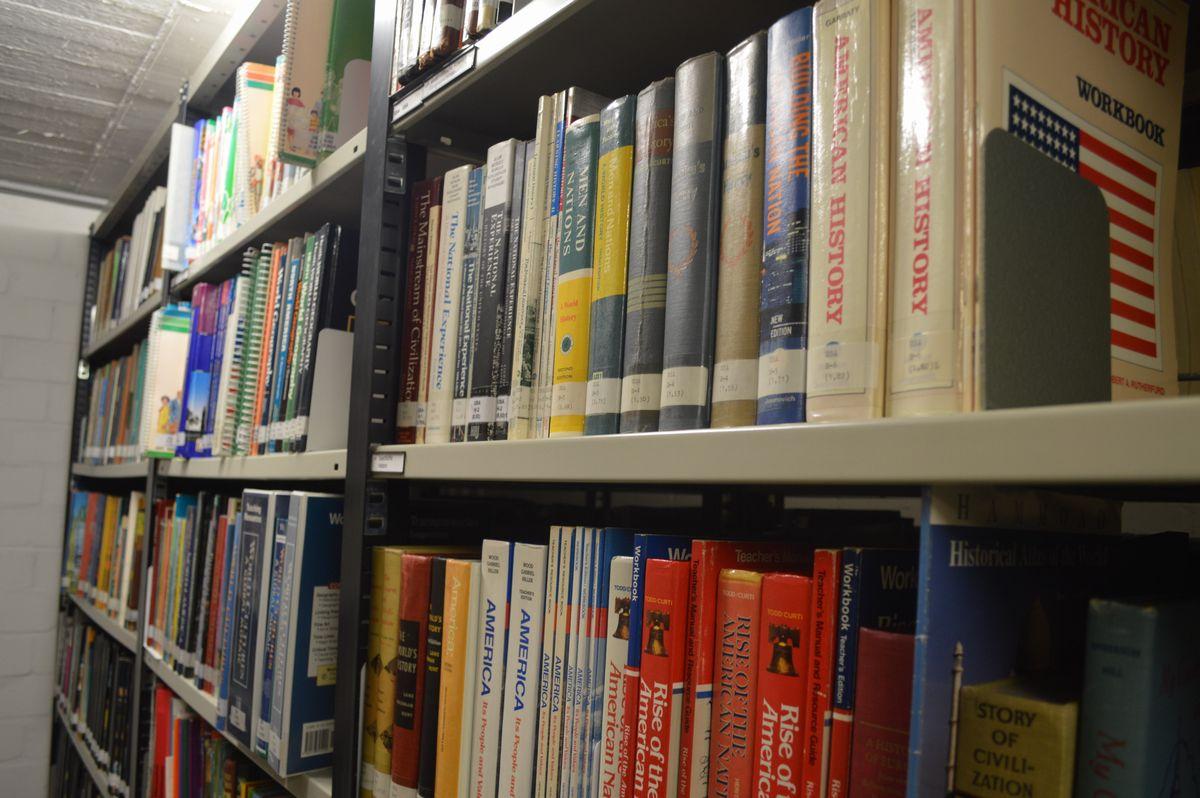 写真・図版 : 国際教科書研究所の地下1階の書庫に並ぶ米国の歴史教科書