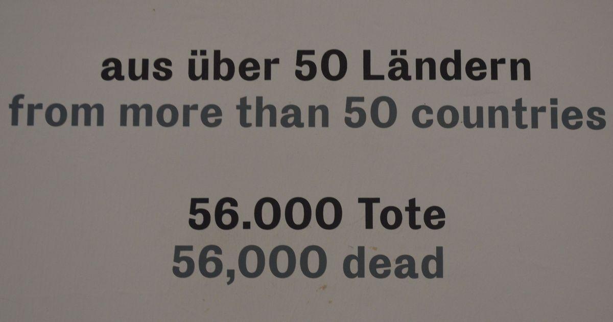 写真・図版 : 「50カ国以上から収容され、5万6000人が死亡」と記すブッヘンバルト強制収容所記念館の展示=2月、ドイツ・ワイマール。藤田撮影