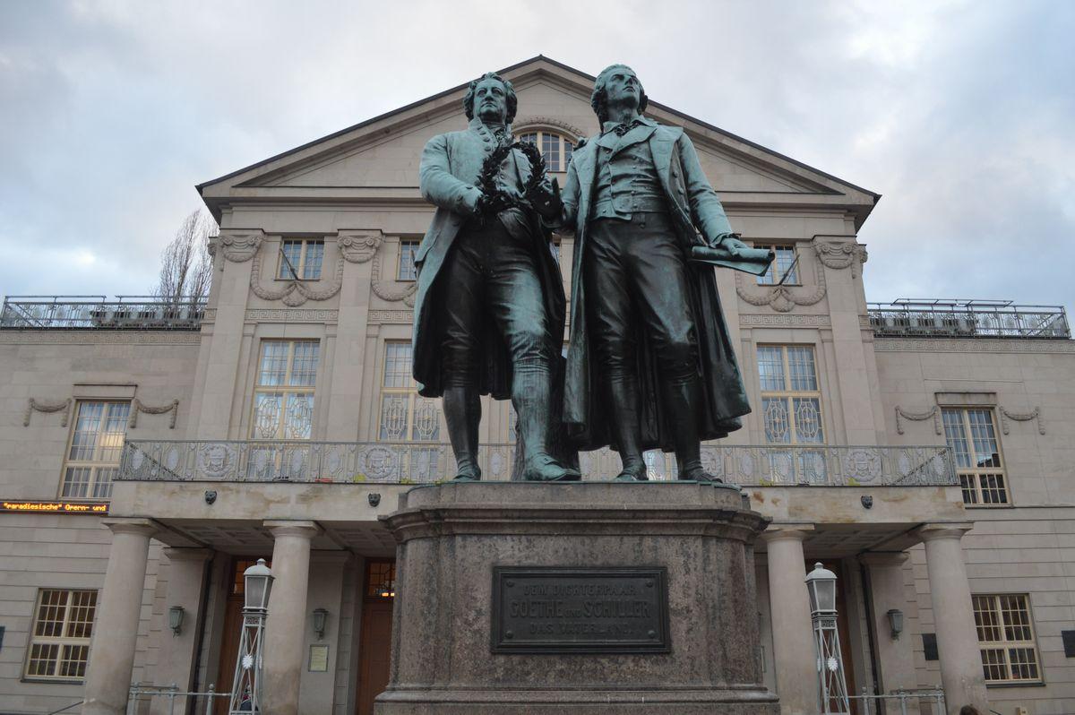 写真・図版 : ワイマール市街の国民劇場前に建つ、ゆかりの文豪ゲーテとシラーの像