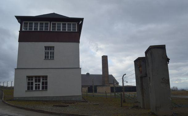 写真・図版 : ブッヘンバルト強制収容所跡。左から監視塔、遺体焼却場(奥)、門=2月、ドイツ・ワイマール。藤田撮影。以下同じ