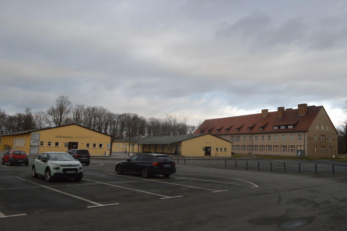 写真・図版 : ブッヘンバルト強制収容所跡の駐車場と事務等など