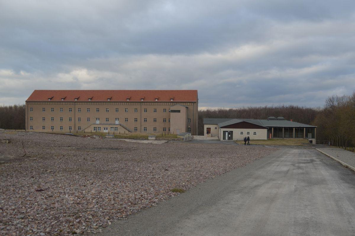 写真・図版 : ブッヘンバルト強制収容所跡で展示のある史料館へ坂を歩いて下る