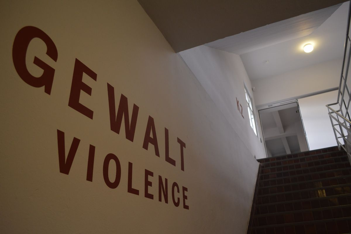 写真・図版 : 常設展「追放と暴力」がある建物の入り口