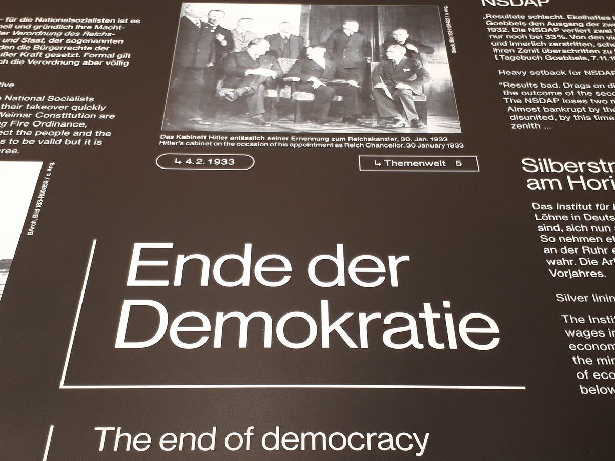 写真・図版 : 「民主主義の終わり」の展示。上には1933年にヒトラーが首相になった頃の写真がある
