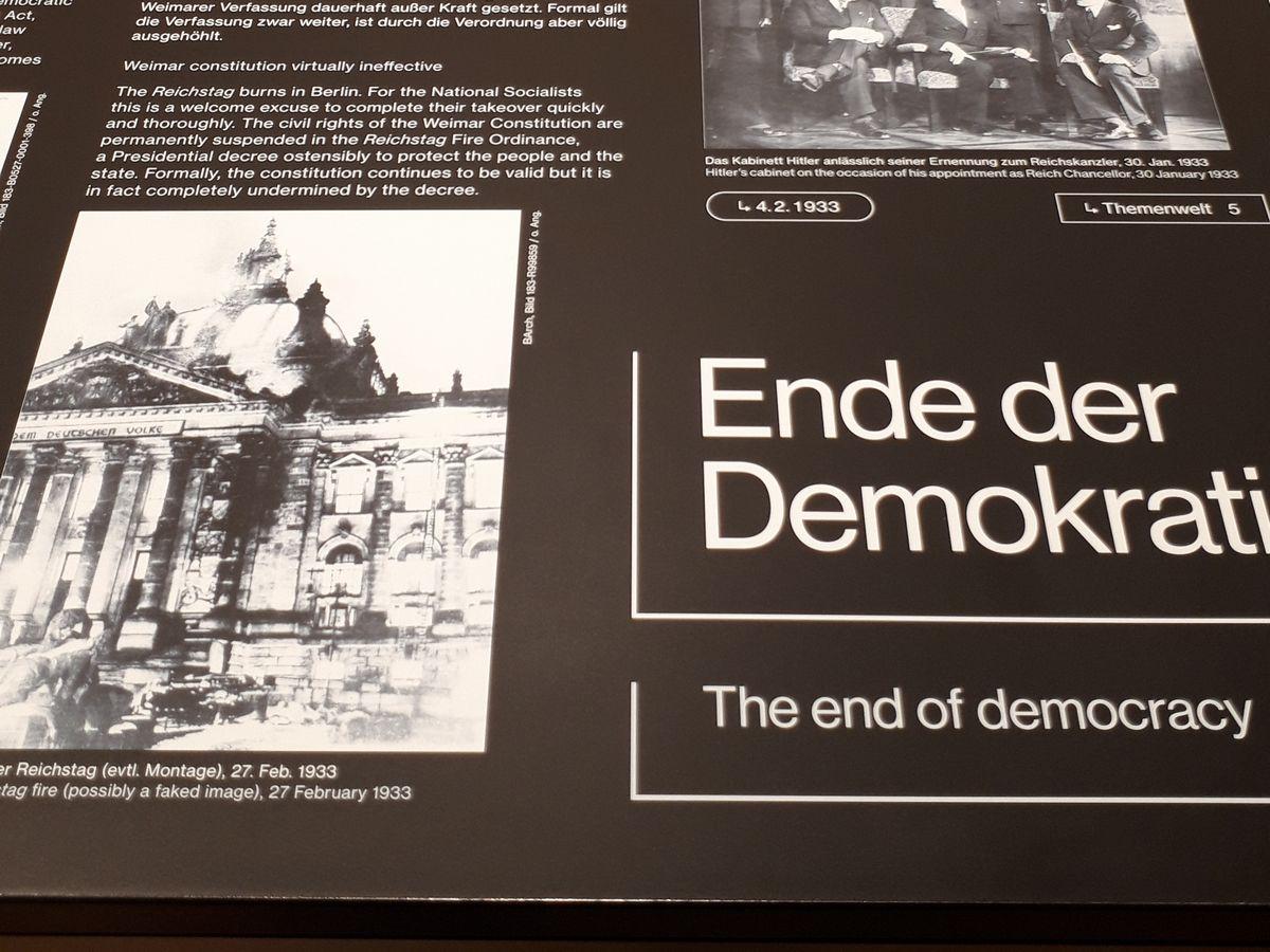 写真・図版 : 「民主主義の終わり」の展示。左には1933年の国会議事堂炎上の写真がある