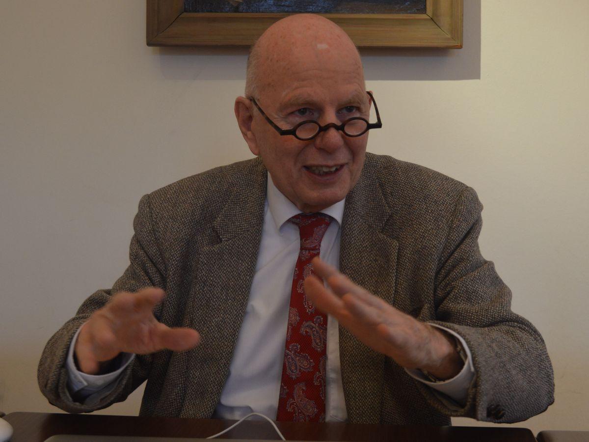 写真・図版 : 史料館「ワイマールの家」を訪れる前に話を聞いた歴史学者のシュトルツルさん