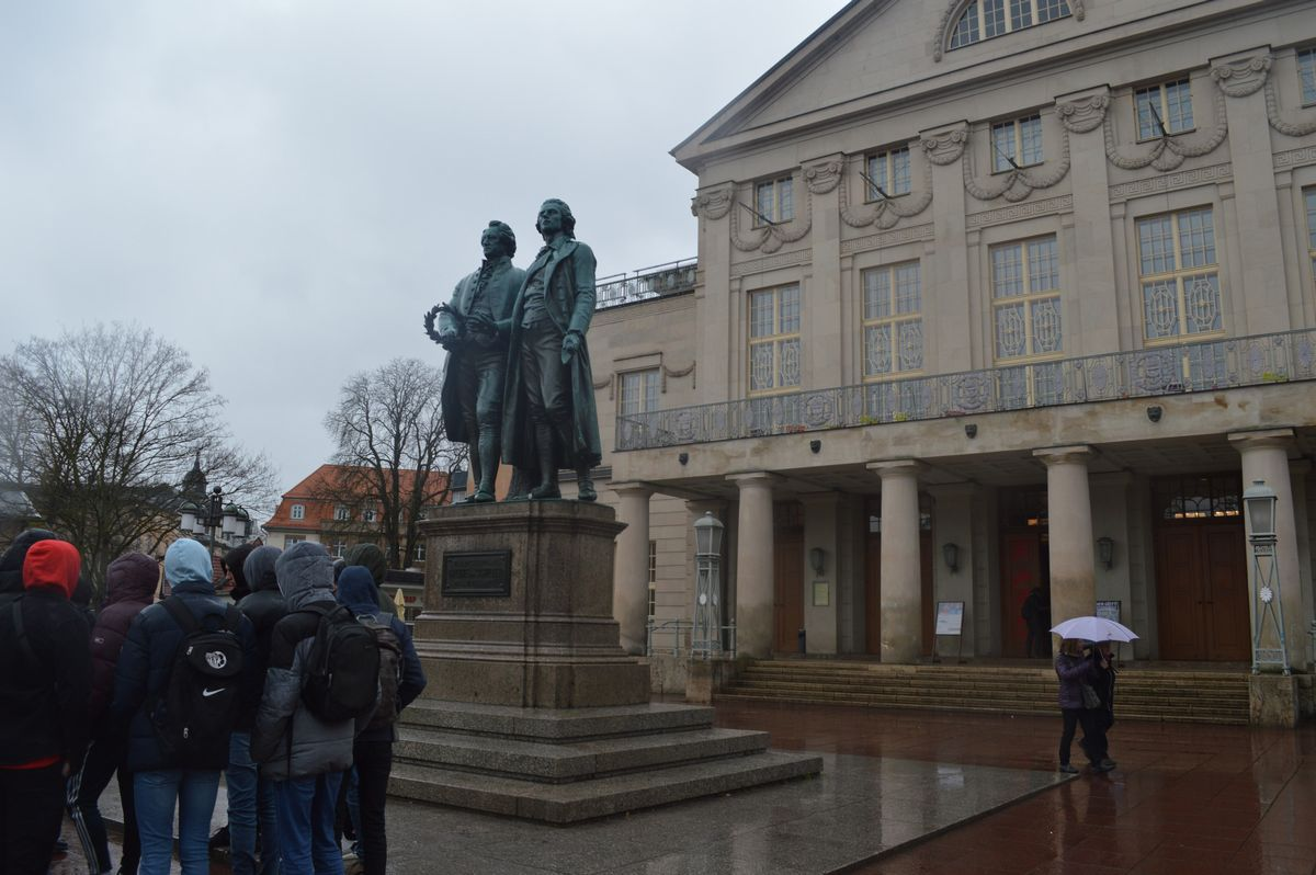 写真・図版 : ワイマール憲法が採択された国民劇場と、ゲーテとシラーの像が建つ広場。見学の生徒たちが訪れていた