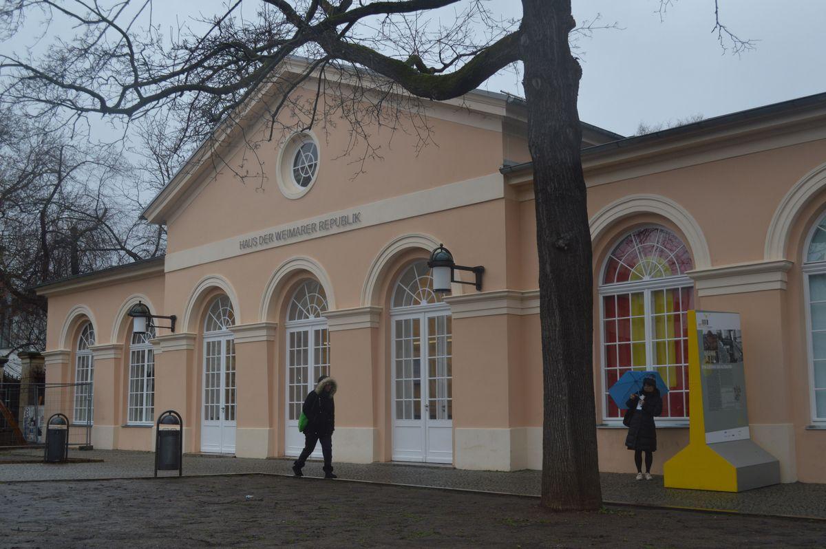 写真・図版 : 国民劇場の向かいにある史料館「ワイマール共和国の家」