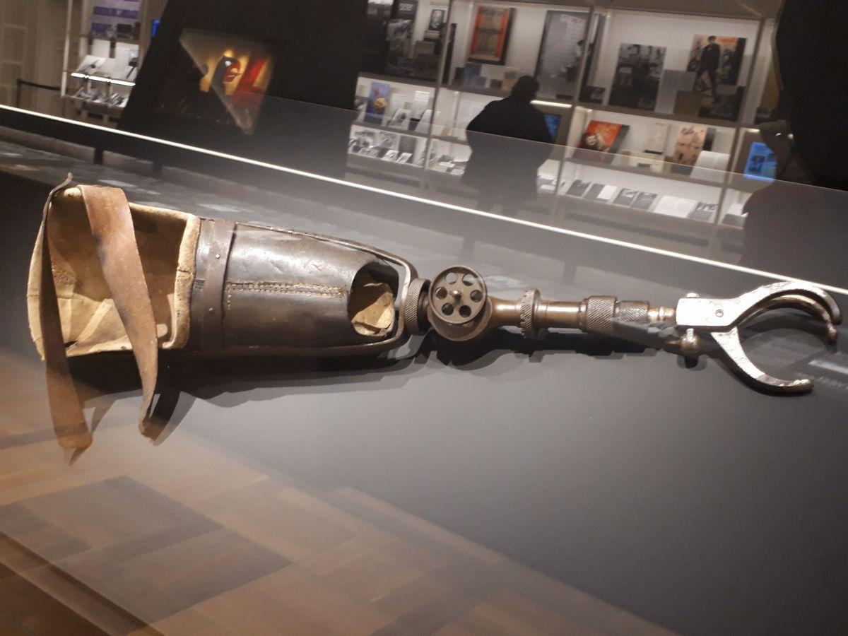 写真・図版 : 第一次大戦での負傷兵が社会復帰するために作られた義手の展示