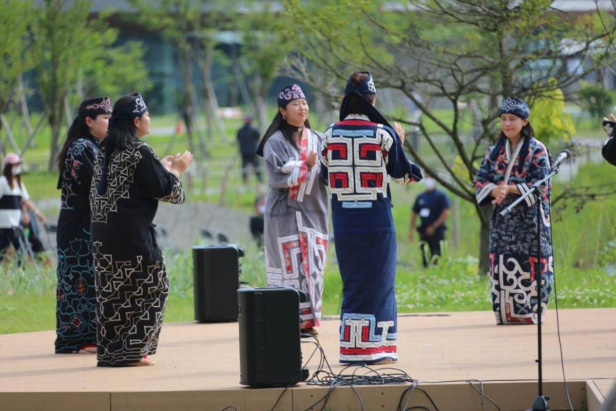 ウポポイの一角で、アイヌ民族の衣装を着て伝統芸能を披露する女性たち=筆者提供