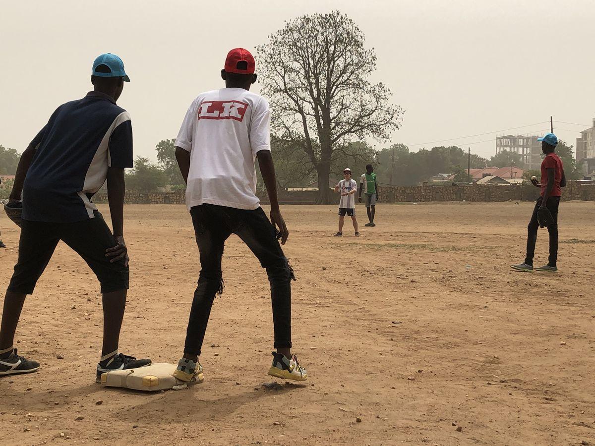 写真・図版 : サインプレーの練習。三塁コーチャーに金森大輔(ダイス)が入り、ブロックサインを送る。