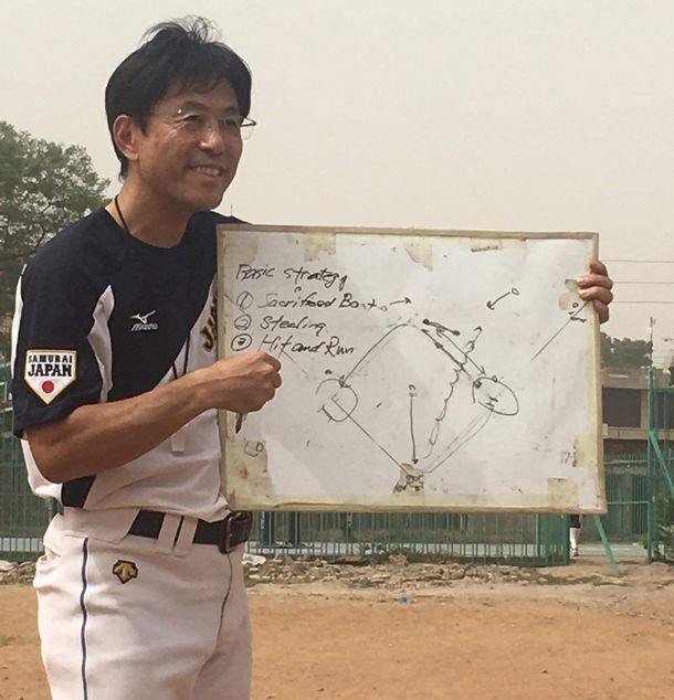 写真・図版 : バント、盗塁、ヒットエンドランの三つの機動力戦略の説明をする筆者。この後、サインプレーの練習に入った。