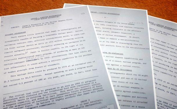 写真・図版 : 米ジョンソン政権の「核不拡散委員会」が1965年6月、日本の核武装を防ぐためまとめた報告書の冒頭と、「核共有」の研究を提言したページ=近畿大の吉田准教授提供