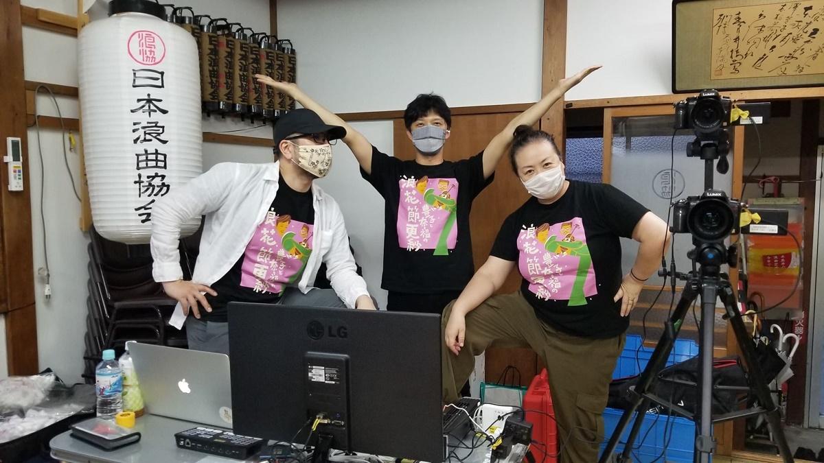 写真・図版 : 配信を支えてくれる(左から)TAKEさん、助っ人の田代さん、田島空さん