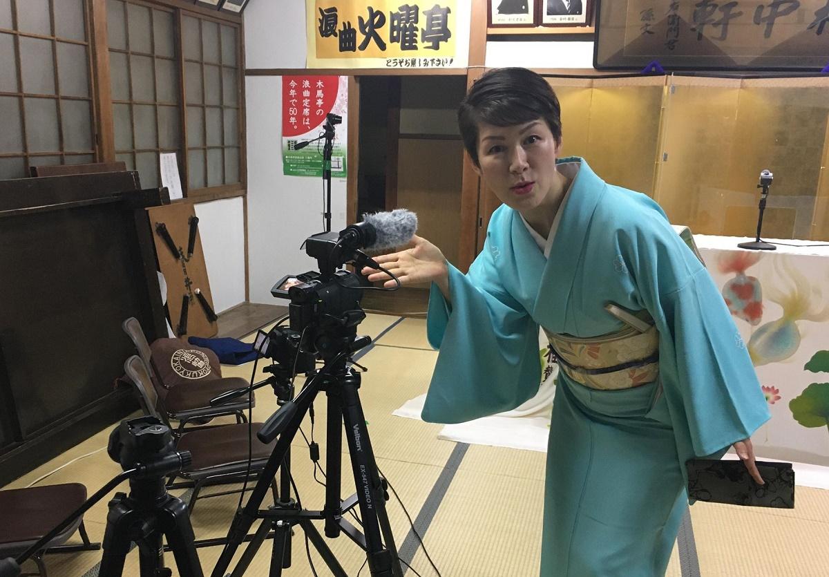写真・図版 : 配信用のカメラと玉川奈々福