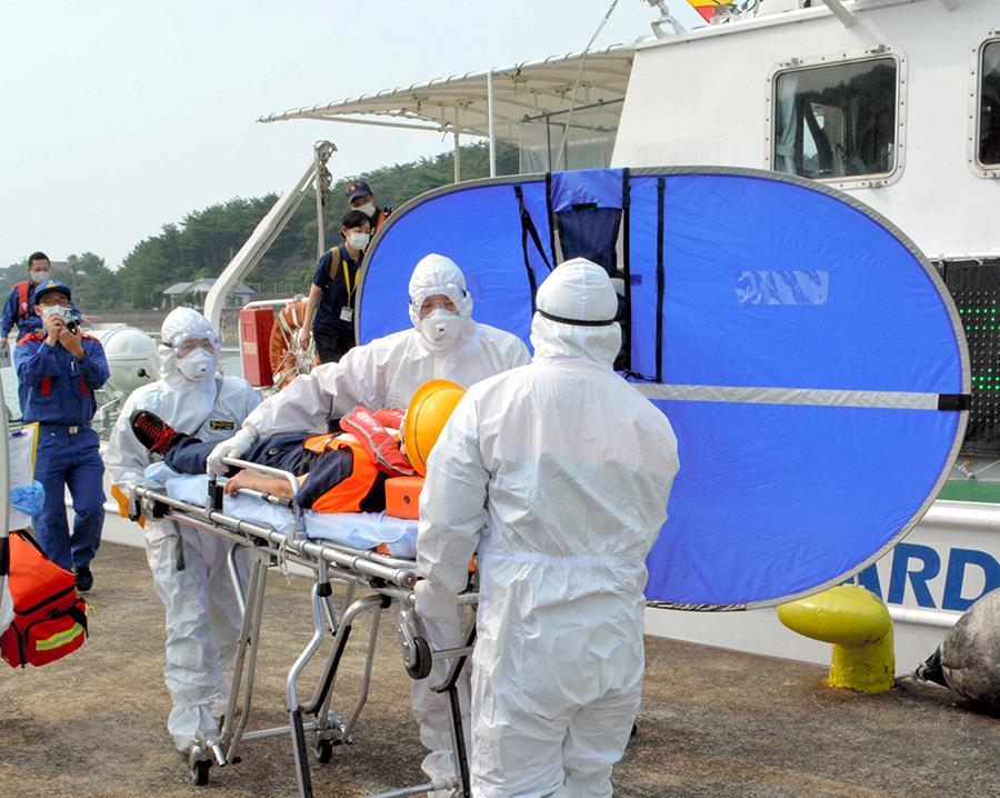 写真・図版 : 海上保安部の巡視艇を使った離島での緊急搬送訓練=2020年8月6日、熊本県上天草市、大矢雅弘撮影