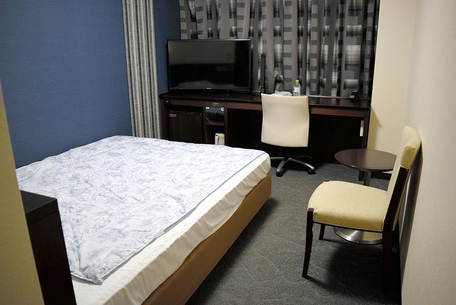 写真・図版 : 感染者が療養するホテルの客室=2020年8月4日、福岡市中央区、渕沢貴子撮影