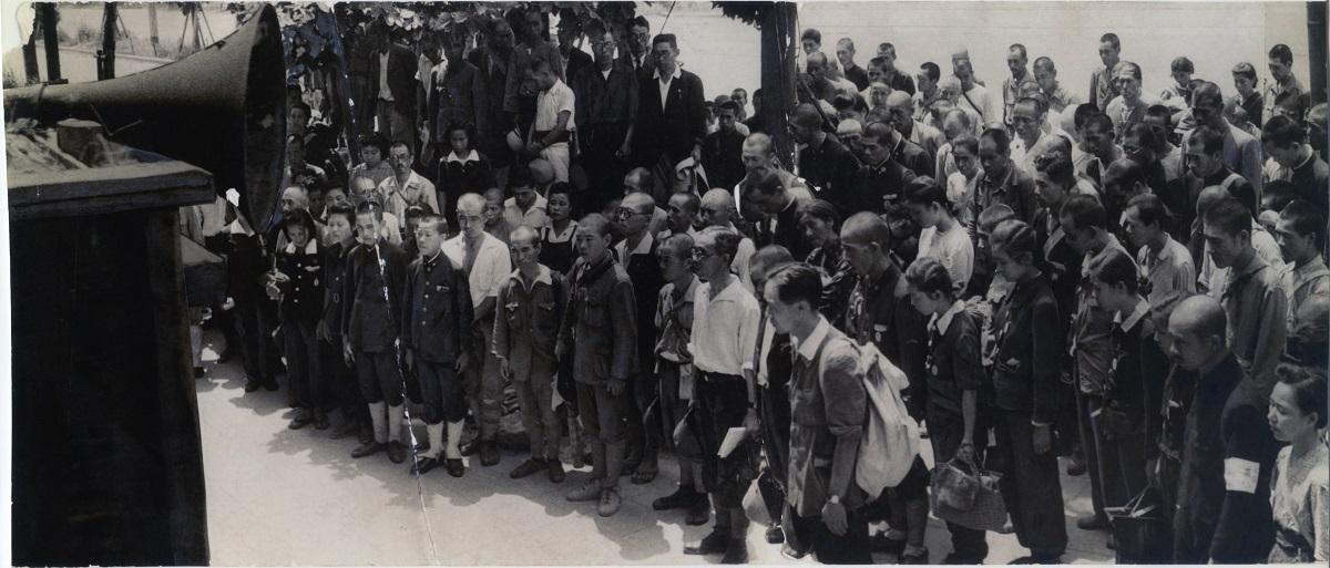 写真・図版 : 敗戦を伝える昭和天皇の放送を聴く人たち= 1945年8月15日、大阪市・曾根崎警察署前