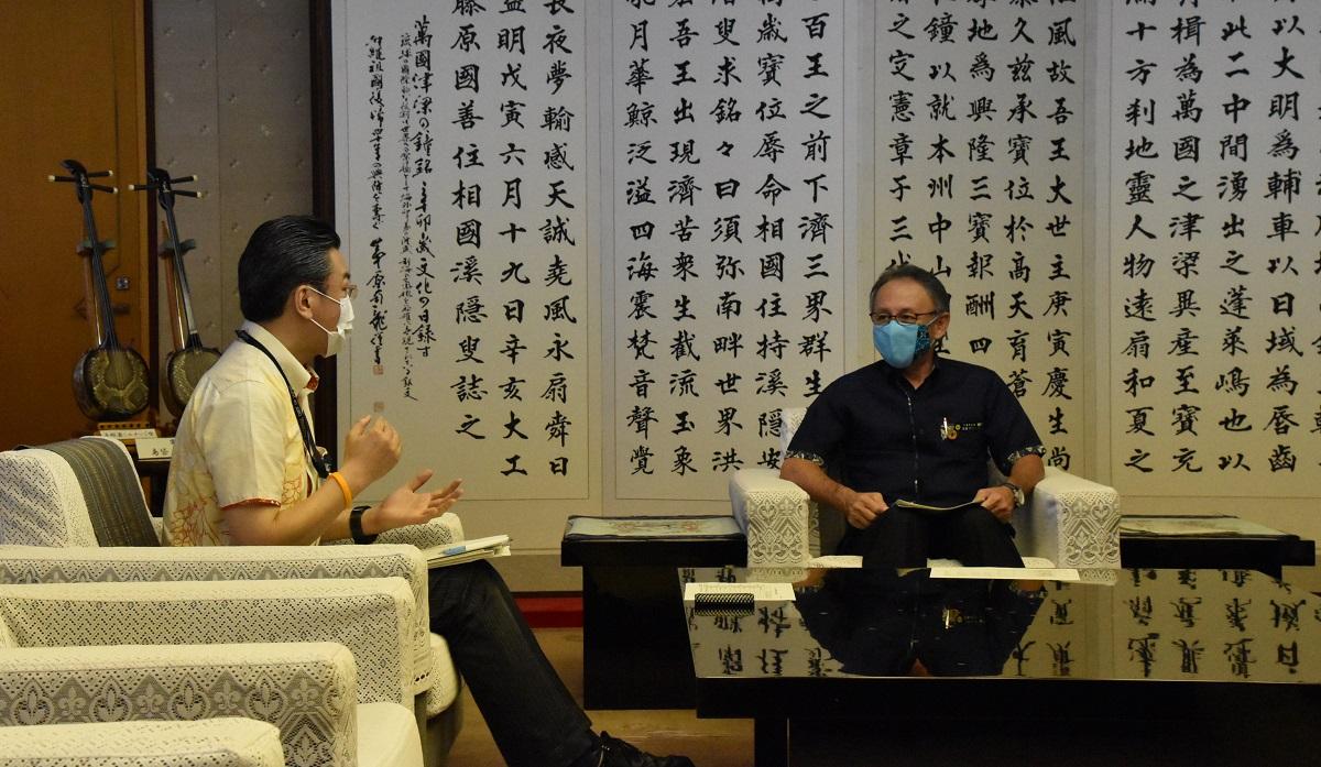 写真・図版 : 沖縄県での新型コロナウイルス感染拡大を受けて、視察に訪れた橋本岳厚生労働副大臣(左)と、玉城デニー・沖縄県知事=2020年8月16日、沖縄県庁
