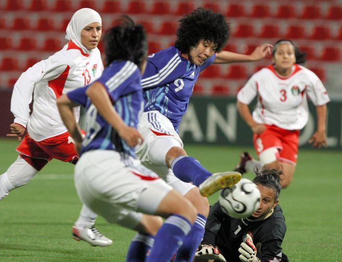 写真・図版 : アジア大会のヨルダン戦でシュートを放つ荒川恵理子選手(中央)=2006年11月30日、ドーハ