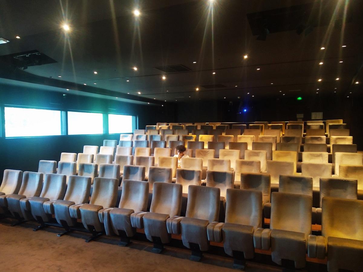 写真・図版 : 営業開始後の映画館MK2グラン・パレ。客が少なく、すぐに再び営業を停止してしまった=撮影・筆者