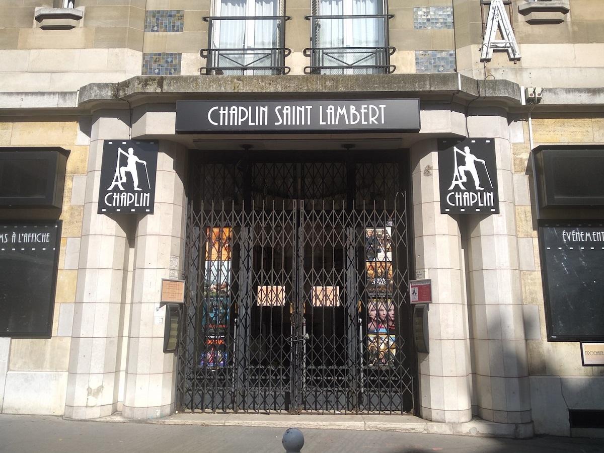 写真・図版 : ロックダウン(都市封鎖)中に営業を休止していたパリ15区の映画館サン・ランベール=撮影・筆者