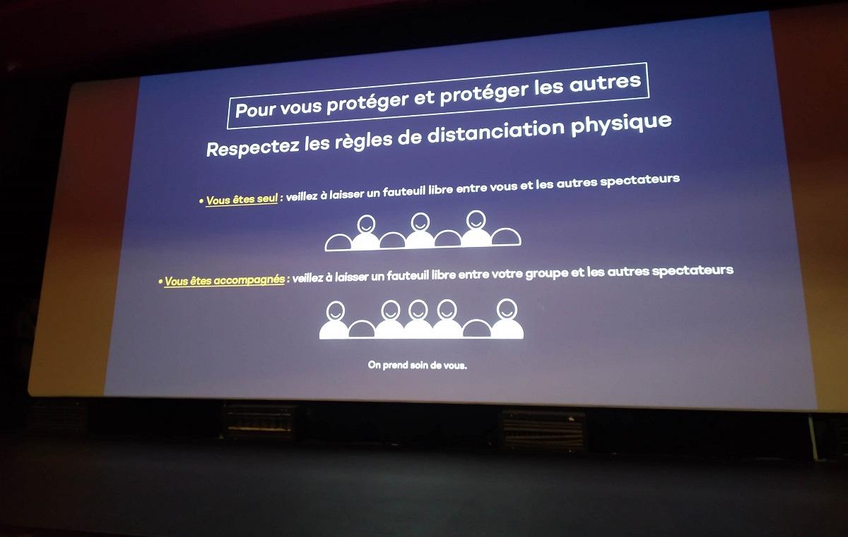 写真・図版 : パリ15区の映画館サン・ランベール。予告編の前に、ほかの客との席を空けるなど観客への注意が喚起される=撮影・筆者