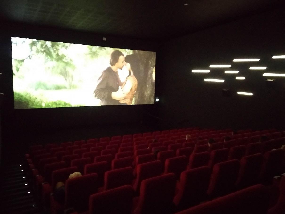 写真・図版 : パリ15区の映画館サン・ランベール。再開後も観客は少なめだ=撮影・筆者