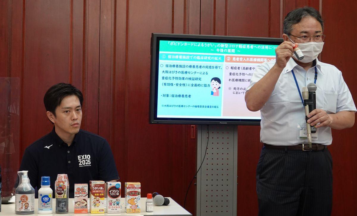 写真・図版 : 大阪府の吉村洋文知事と、研究を行った大阪はびきの医療センターの松山晃文氏=2020年8月4日、大阪府公館、