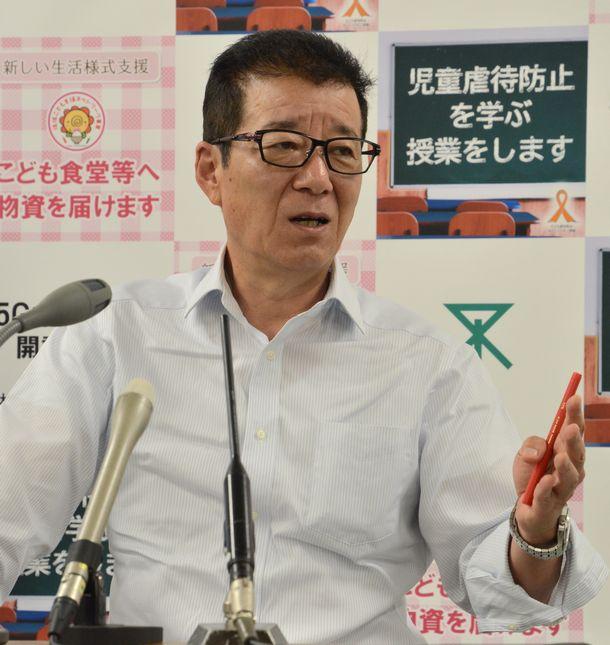 写真・図版 : 記者会見する日本維新の会の松井一郎代表(大阪市長)=2020年7月16日、大阪市役所